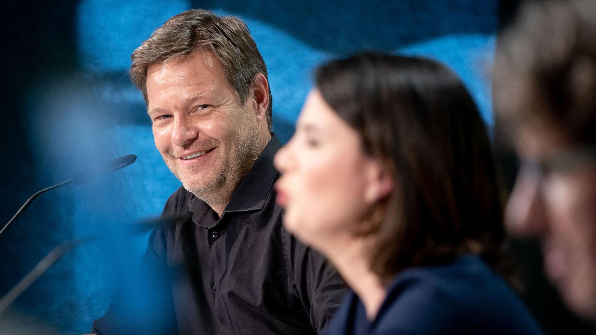 Robert Habeck (L) und Annalena Baerbock bei der Präsentation des ersten Entwurfs zum neuen Grundsatzprogramm von Bündnis 90/Die Grünen.