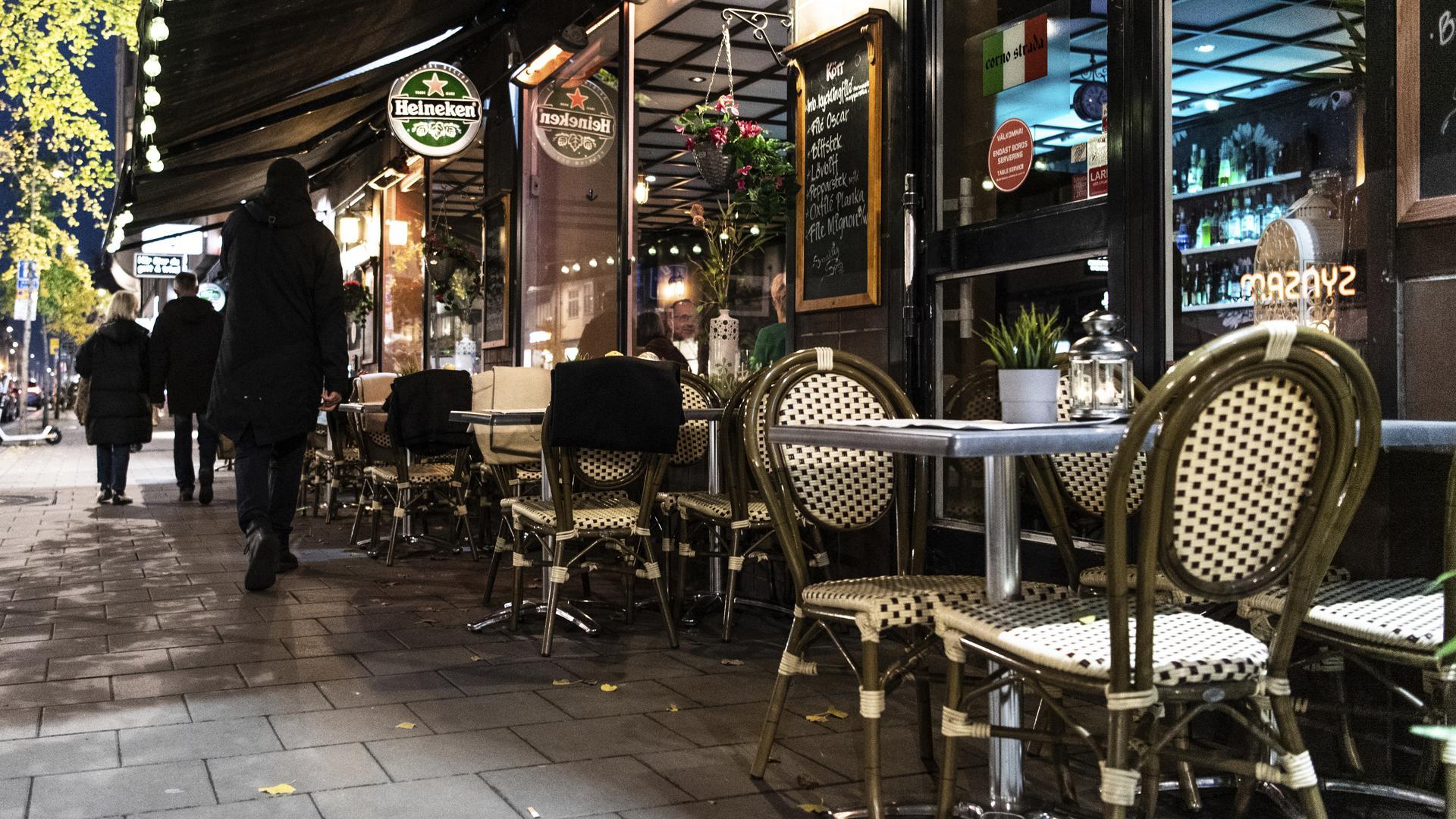 12.11.2020, Schweden, Stockholm: Menschen gehen an einem Restaurant vorbei. (zu dpa: «Bundesregierung stuft Schweden und Kanada als Risikogebiete ein») Foto: Amir Nabizadeh/TT News Agency/dpa +++ dpa-Bildfunk +++ |