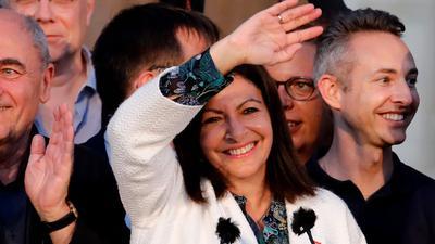 Amtsinhaberin Anne Hidalgo ist als Bürgermeisterin von Paris wiedergewählt worden.