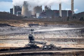 Der Tagebau Inden und das RWE-Braunkohlekraftwerk Weisweiler im Rheinland.