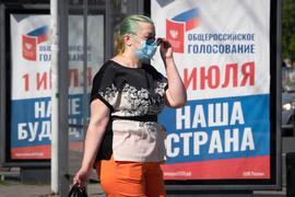 """Auf einem Plakat in Sankt Petersburg steht: """"Ganz Russland wählt am 1. Juli unsere Zukunft und unser Land""""."""