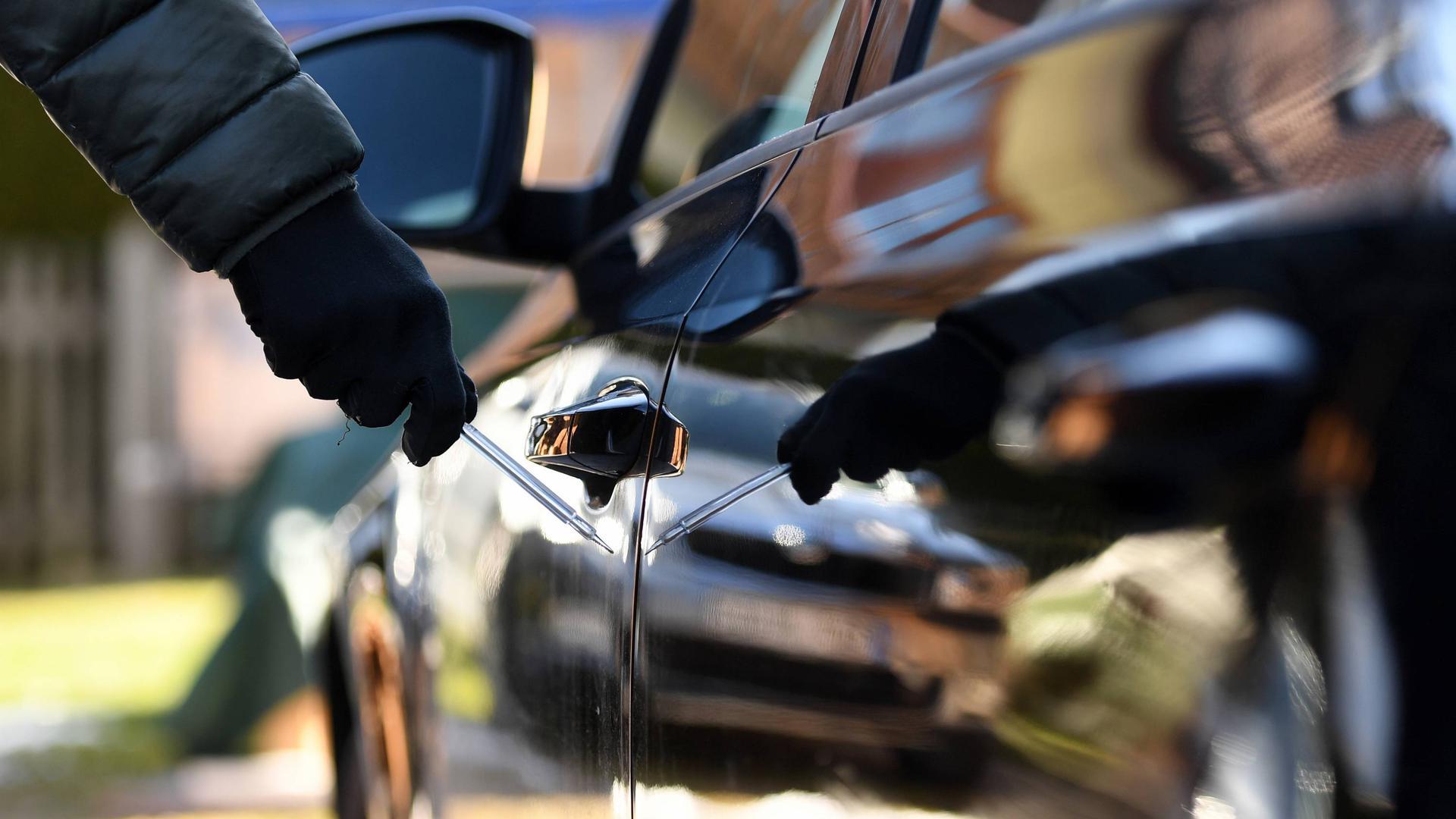 ILLUSTRATION - 01.04.2020, Bayern, Schweinfurt: Ein Mann steht mit einem Schraubenzieher neben einem Auto. Im Prozess um massenhaft zerkratzte Autos in Unterfranken sollen am 02.04.2020 die Plädoyers gehalten werden. Die Staatsanwaltschaft wirft dem Mann vor, 642 Fahrzeuge mutwillig beschädigt zu haben. Foto: Angelika Warmuth/dpa +++ dpa-Bildfunk +++
