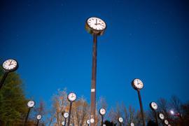26.03.2020, Nordrhein-Westfalen, Düsseldorf: Das Kunstwerk «Zeitfeld» von Klaus Rinke im Volksgarten. Die Uhren zeigen auf zwei Uhr in der Nacht. Am 29.03. werden die Uhren auf Sommerzeit umgestellt. Foto: Fabian Strauch/dpa +++ dpa-Bildfunk +++
