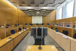 Neben dem Mord an Walter Lübcke geht es in dem Verfahren auch um zahlreiche Verstöße gegen das Waffengesetz und den Angriff auf einen jungen Iraker.