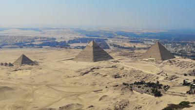Die größte und älteste der Pyramiden von Gizeh, die Cheops-Pyramide (M).