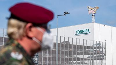 Ein Soldat Bundeswehr vor dem Gebäude der Fleischfabrik Tönnies in Rheda-Wiedenbrück.