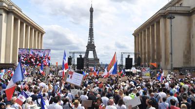 Demonstranten nehmen auf der «Droits de l'homme»-Esplanade am Trocadero-Platz in Paris an einem Protest gegen die Impfpflicht für bestimmte Arbeitszweige und den von der Regierung geforderten obligatorischen Impfass teil.