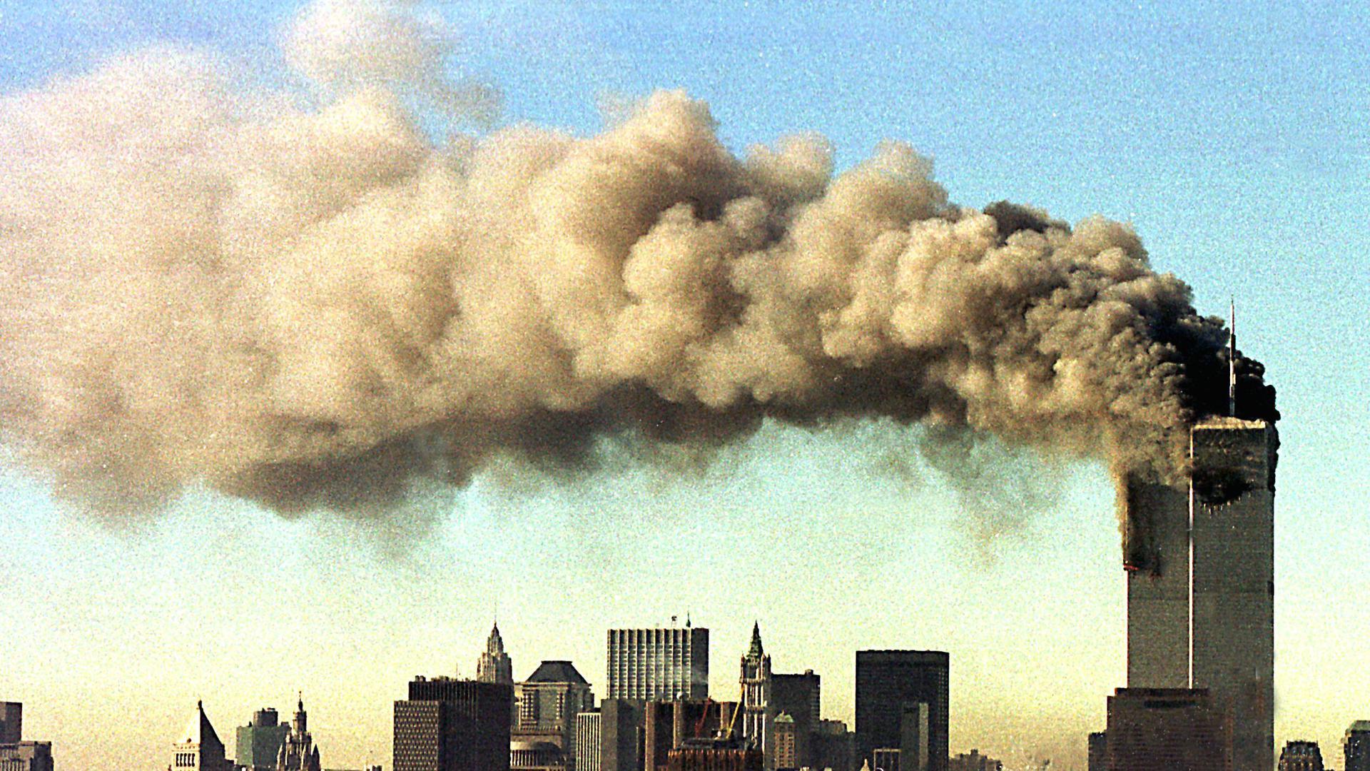 Die Bilder der brennenden Türme des World Trade Center gehen am 11. September 2001 um die Welt. Viele Menschen verfolgen das Geschehen live im Fernsehen.