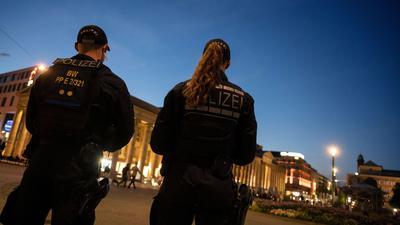 Einsatzkräfte der Polizei stehen am Abend nach den Ausschreitungen auf dem Schlossplatz in Stuttgart.
