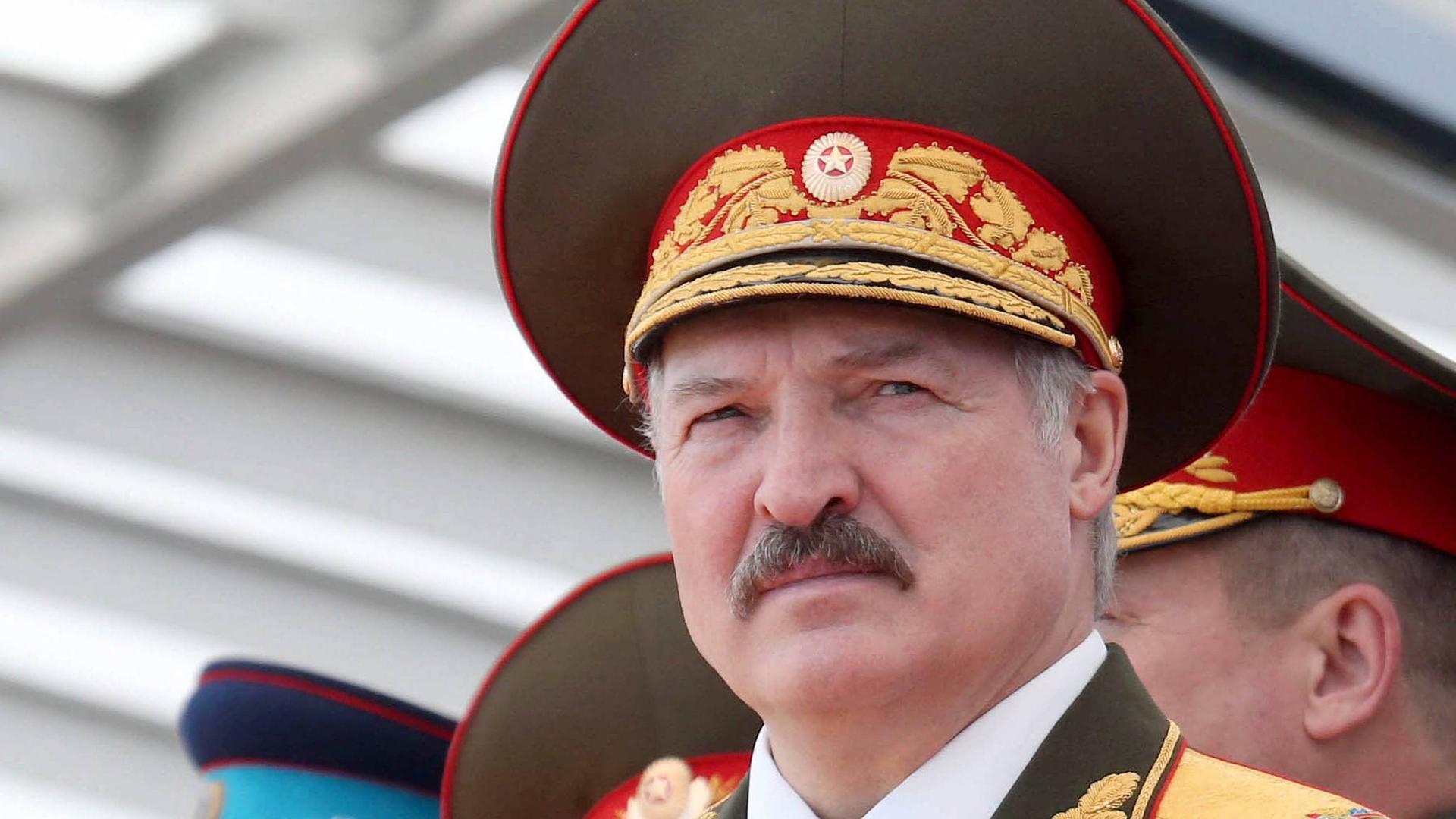 """Der weißrussische Herrscher Alexander Lukaschenko, im Westen gerne als """"letzter Diktator Europas"""" genannt, wird sich am Sonntag wohl zum sechsten Mal als Präsident wählen lassen. Vielleicht ist es aber das letzte Mal: Denn viele Weißrussen haben das """"Väterchen"""", wie sich der 65-Jährige gerne nennen lässt, gründlich satt."""