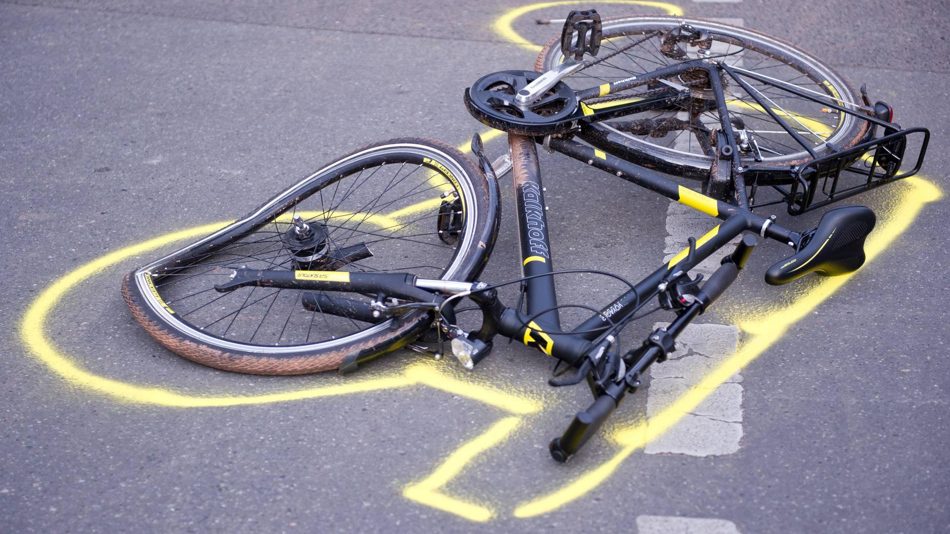 ARCHIV - 13.11.2013, Berlin: Ein zerstörtes Fahrrad liegt nach einem Unfall auf der Straße. Foto: Daniel Naupold/dpa +++ dpa-Bildfunk +++ | Verwendung weltweit