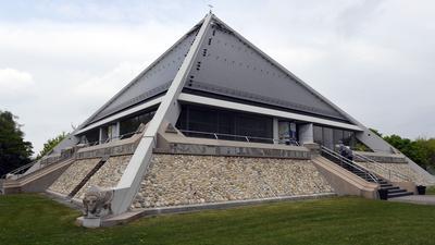 Die Autobahnkirche Baden-Baden (Baden-Württemberg), aufgenommen am 13.04.2017. In Deutschland bieten 44 Autobahnkirchen die Möglichkeit für Besinnung und Andacht. Viele Reisende nutzen gerade auf dem Weg in die Osterferien diese Chance. Bei der Autobahnkirche in Baden-Baden ist jedoch das ganze Jahr über Hochsaison. Foto: Uli Deck/dpa ++