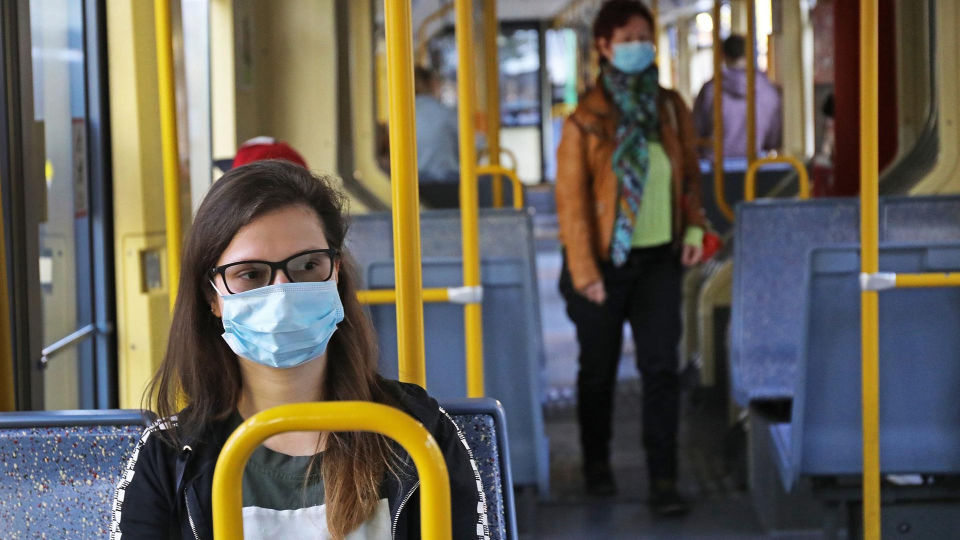 Fahrgäste einer Kölner Stadtbahn tragen Schutzmasken.