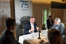 Zu Gast in der BNN-Lounge: FDP-Parteichef Christian Lindner blickt mit unseren Redaktionsmitgliedern Claudia Bockholt, Lars Geipel (links) und Martin Ferber (rechts) auf die bevorstehende Bundestagswahl.