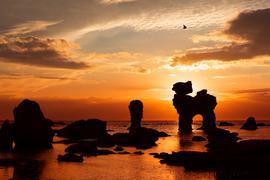 Versteinerte Riesen oder Überreste einer untergegangenen Hochkultur: Die schwedische Insel Gotland und ihre kleine Schwester Fårö sind gespickt mit bizarren Kalksteinsäulen, den Raukar. Einige sind mehr als zehn Meter hoch.