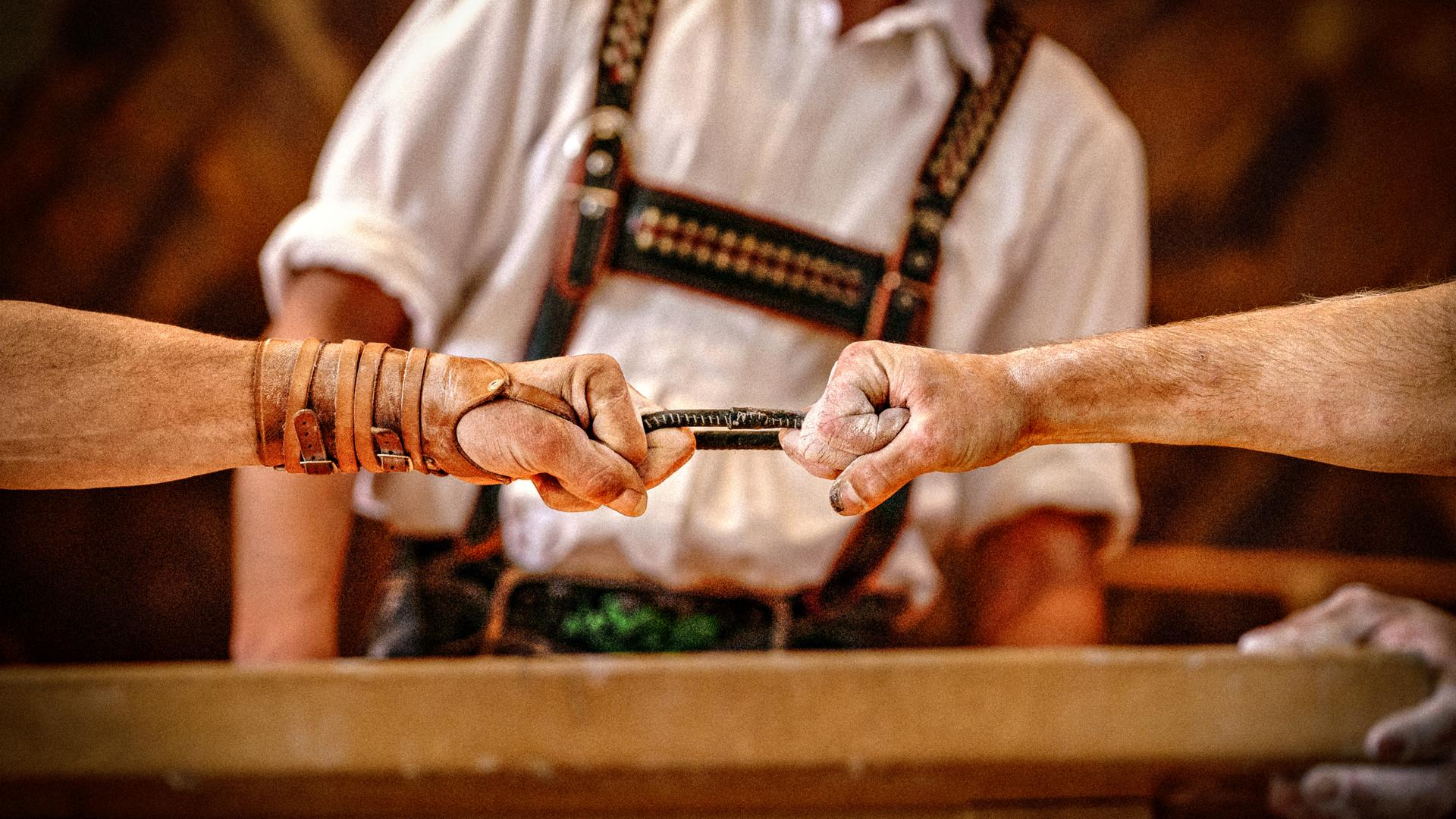 Kräftemessen unter harten Männern: Wenn bayerische Männer zum Fingerhakeln antreten, ist kein Platz für Jammerlappen. Die Alpenländische Meisterschaft musste wegen der Corona-Pademie in diesem Jahr abgesagt werden.