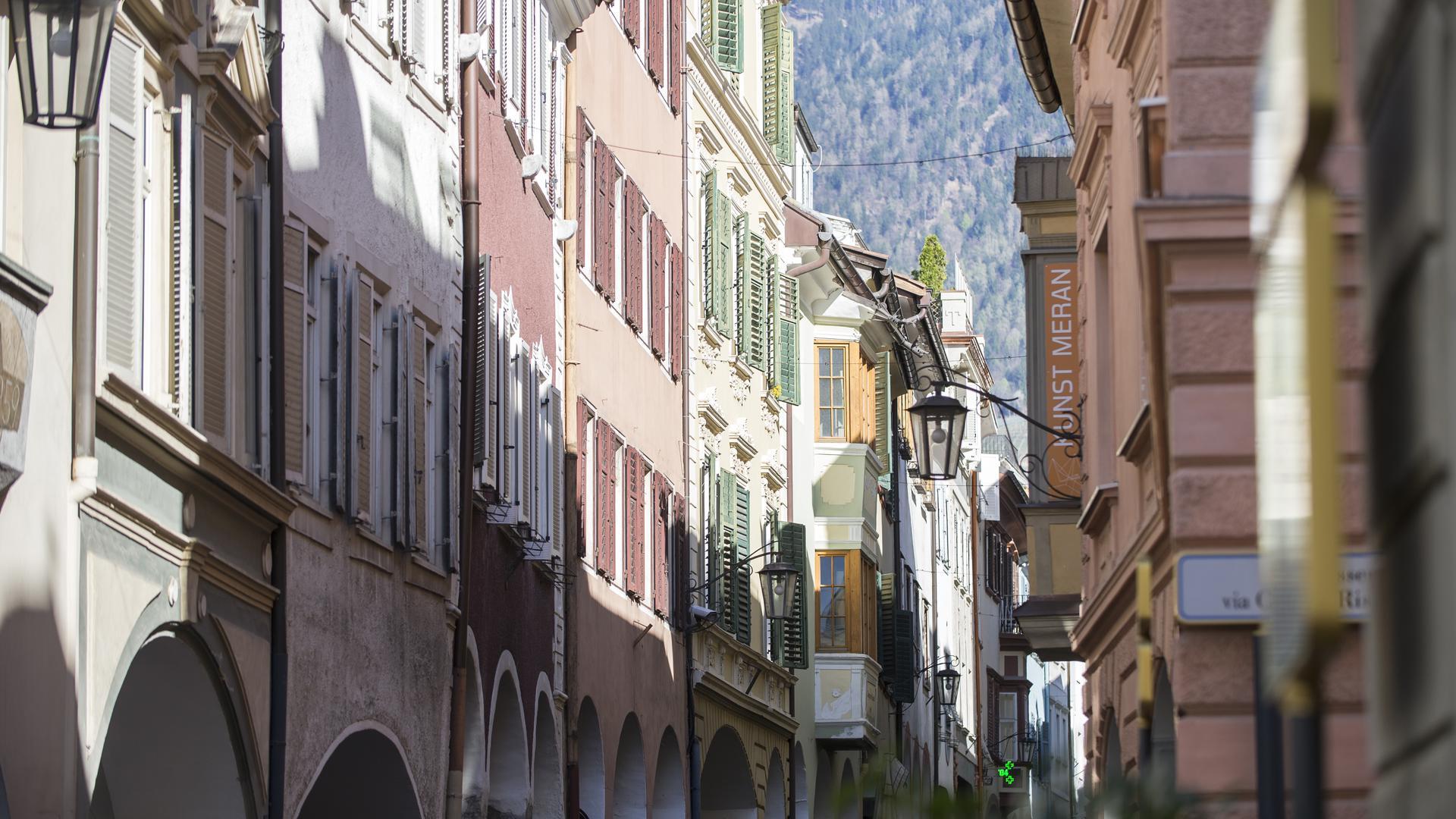 Die Lauben in der Altstadt von Meran mit ihren Passagen beherbergen heute viele Geschäfte und Cafés.