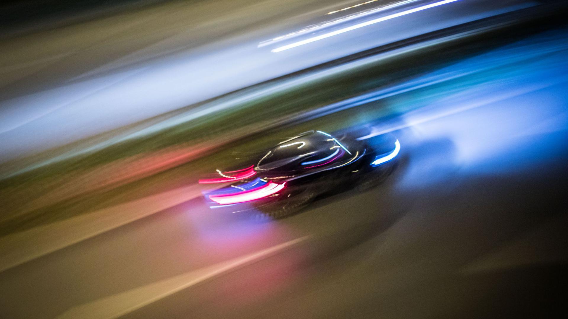 Zu Lichtspuren verwischt sind die Fahrzeuge auf der Autobahn A661. Bei einer Polizeikontrolle gibt ein Autofahrer Gas und rast davon - die Beamten müssen nachsetzen.