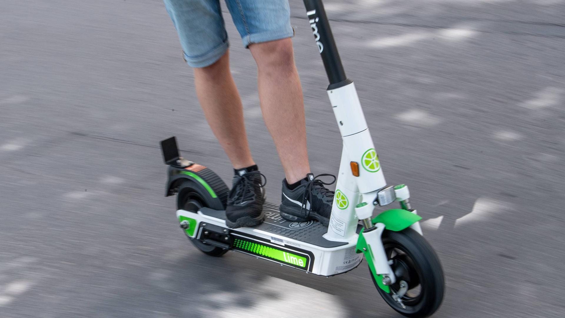 Ein Mann fährt auf einem Roller.