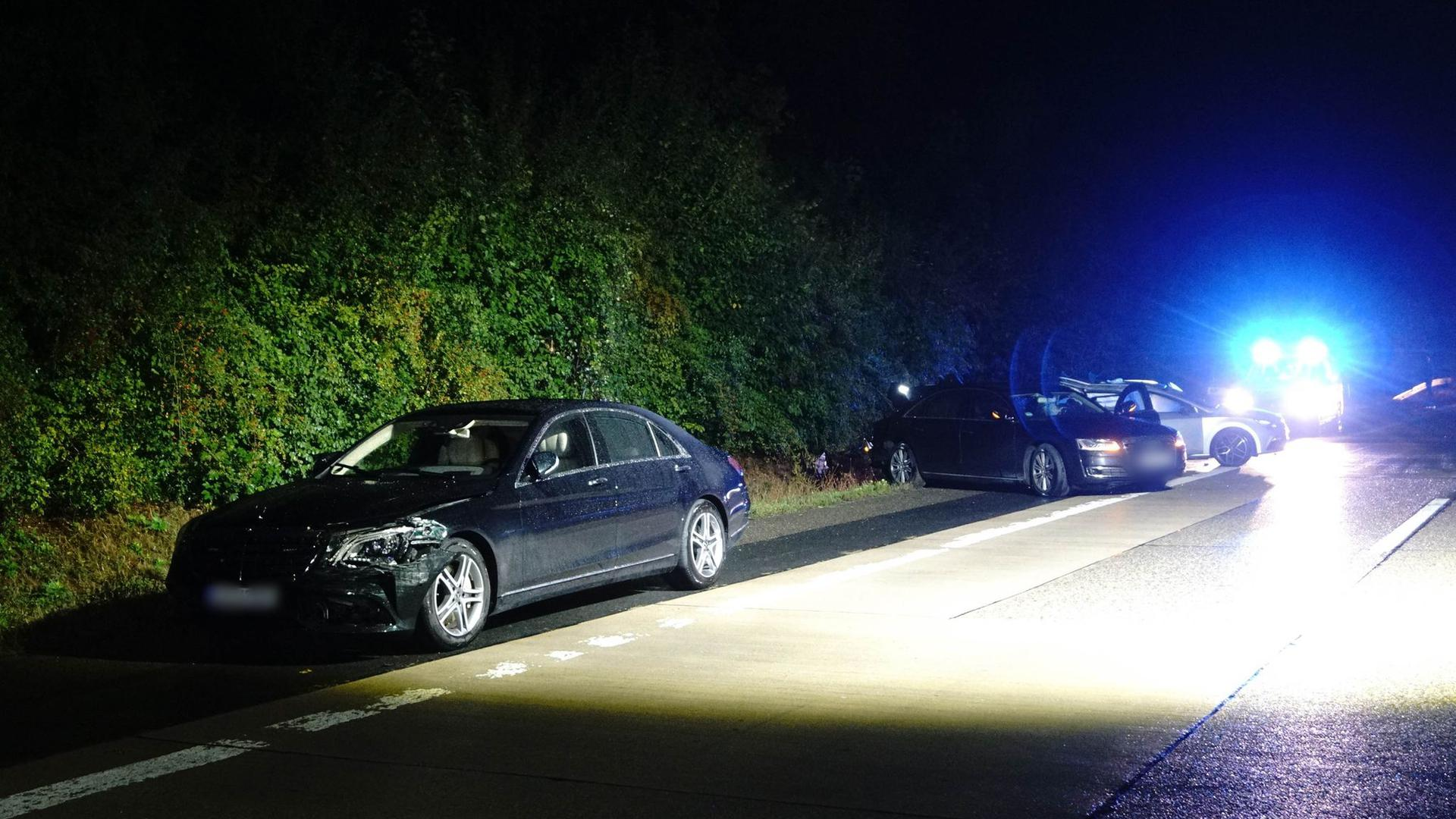 Das Fahrzeug von Ministerpräsident Kretschmann (l-r), ein Begleitfahrzeug sowie ein anderer am Unfall beteiligter Pkw stehen nach dem Unfall am Straßenrand.