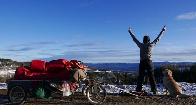 Der Pazifik ruft: Seit vier Jahren ist Melanie Vogel auf dem Great Trail durch Kanada unterwegs. Stets an ihrer Seite - ihr Hund Malo. Derzeit sitzt die gebürtige Deutsche wegen Corona in einem Hotel am Polarkreis fest.