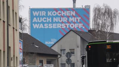 Wasserstoff gilt als ein zentrales Element der Energiewende und spielt in der öffentlichen Wahrnehmung eine zunehmend wichtige Rolle, wie diese weithin sichtbare Werbung eines Thyssenkrupp-Stahlwerks in Bochum zeigt.