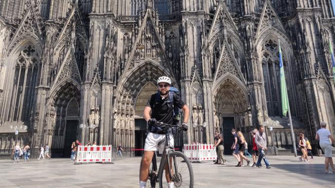 Heiße Reifen vor dem Kölner Dom: in Köln fühlt sich der Karlsruher heimisch