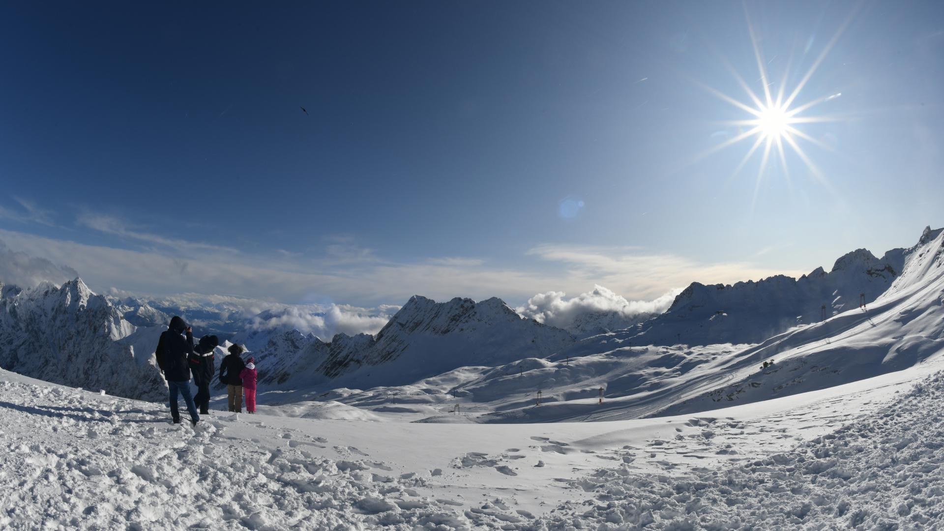 16.11.2019, Bayern, Grainau: Skifahrer sind beim ersten Ski-Wochenende auf der Zugspitze unterwegs. Foto: Angelika Warmuth/dpa +++ dpa-Bildfunk +++ | Verwendung weltweit