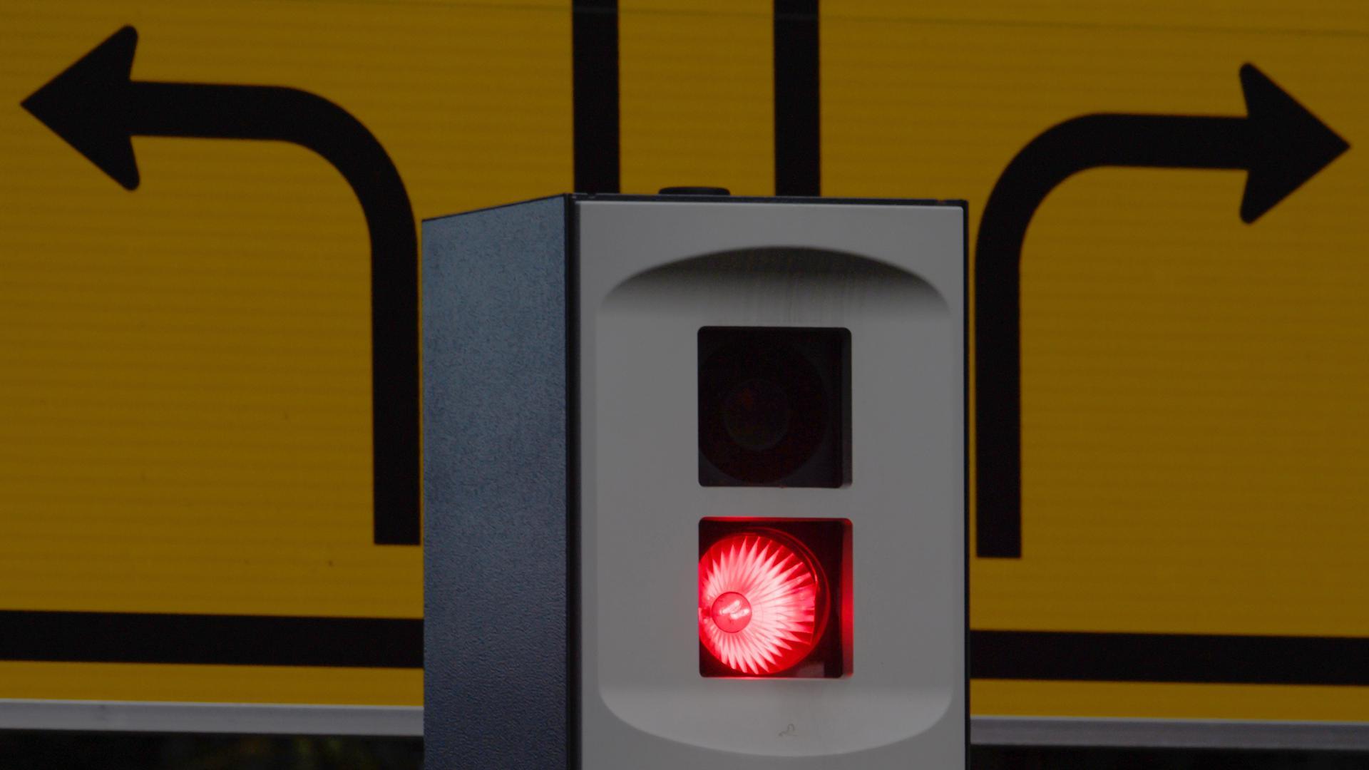 Ein Blitzer blitzt aus einer Verkehrsüberwachungsanlage in der Innenstadt.