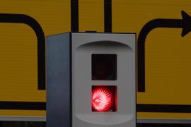 Ein Blitzer blitzt aus einer Verkehrsüberwachungsanlage in der der Innenstadt.