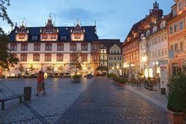 Abends erstrahlt der Coburger Marktplatz im Licht der Laternen. Das Stadthaus mit seinem reichen Figurenschmuck ist eines der schönsten Gebäude Coburgs und wird heute von der Stadtverwaltung genutzt.