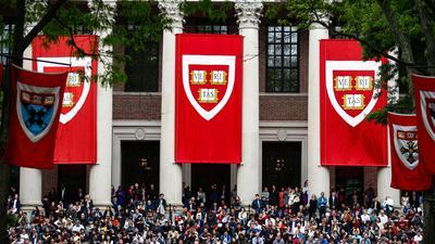 Studierende der Harvard Universität verfolgen im Mai 2019 die Rede von Bundeskanzlerin Merkel. Aufgrund des Coronavirus hat die Elite-Universität Harvard angekündigt, im Wintersemester alle Vorlesungen online abzuhalten.