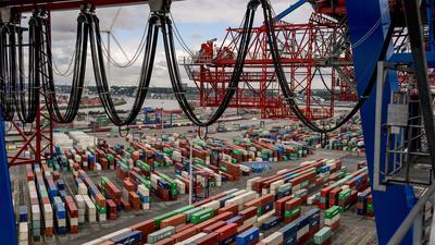 Container liegen zur Abfertigung am Containerterminal im Hamburger Hafen. Die Wirtschaft wird nach der Prognose der EU-Kommission noch stärker einbrechen, als bislang angenommen.