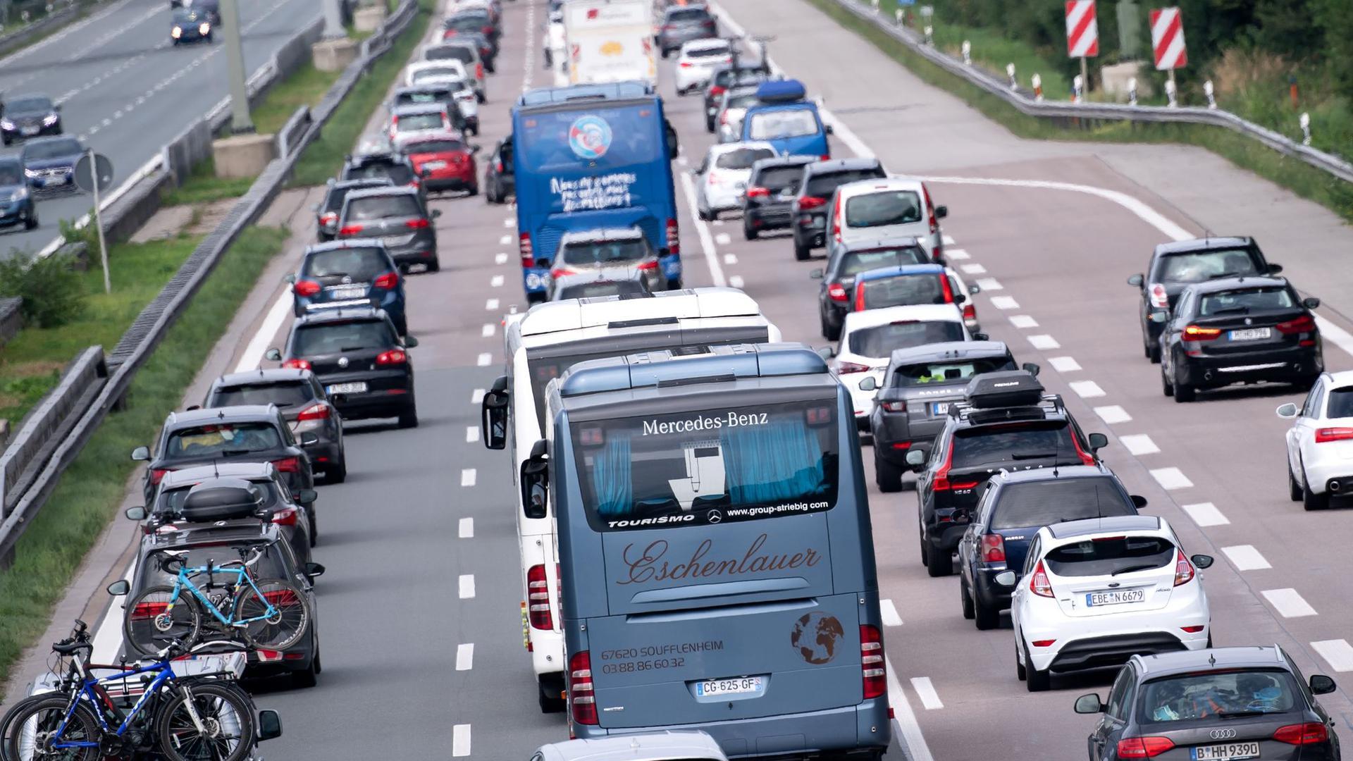 Verkehr auf der Autobahn 8 in Fahrtrichtung München.