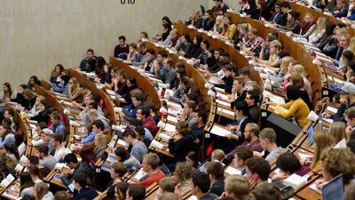 Studierende der Georg-August-Universität in Göttingen sitzen im Zentralen Hörsaalgebäude (ZHG).