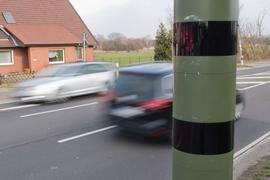 Autos fahren an einem Blitzgerät zur Geschwindigkeitskontrolle vorbei. Wegen eines  Formfehlers in der Straßenverkehrsverordnung sind die neuen Regeln von den Bundesländern vorerst außer Vollzug gesetzt worden.