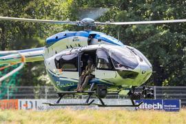 Ein Hubschrauber der Polizei landet nahe der Gemeinde Oppenau auf einem Sportplatz, welcher der Polizei als Sammelpunkt dient.