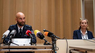 Oskar Vurgun, Polizei Brandenburg, und Norma Schürman, Landeskriminalamt (LKA) Berlin, nehmen an einer Pressekonferenz in der Berliner Staatsanwaltschaft zu der Festnahme eines mutmaßlichen Serienvergewaltigers teil.