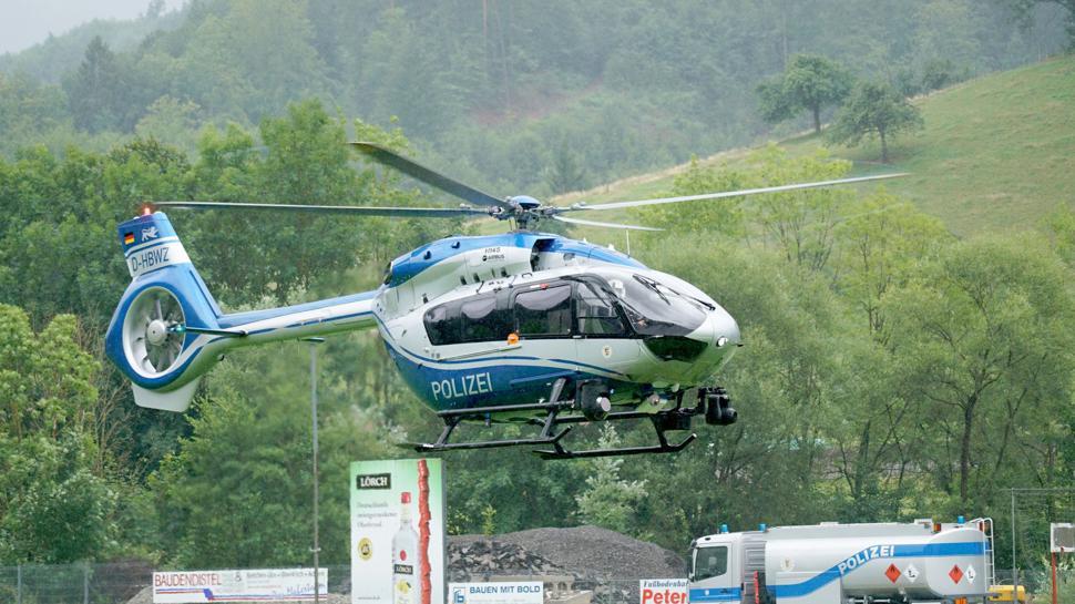 Ein Hubschrauber der Polizei bricht zu einer Suchaktion auf. Von dem flüchtigen Bewaffneten aus Oppenau fehlt immer noch jede Spur.