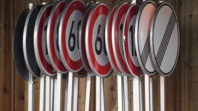 Geschwindigkeitsbegrenzungen und Aufhebungsschilder im Lager einer Autobahnmeisterei.