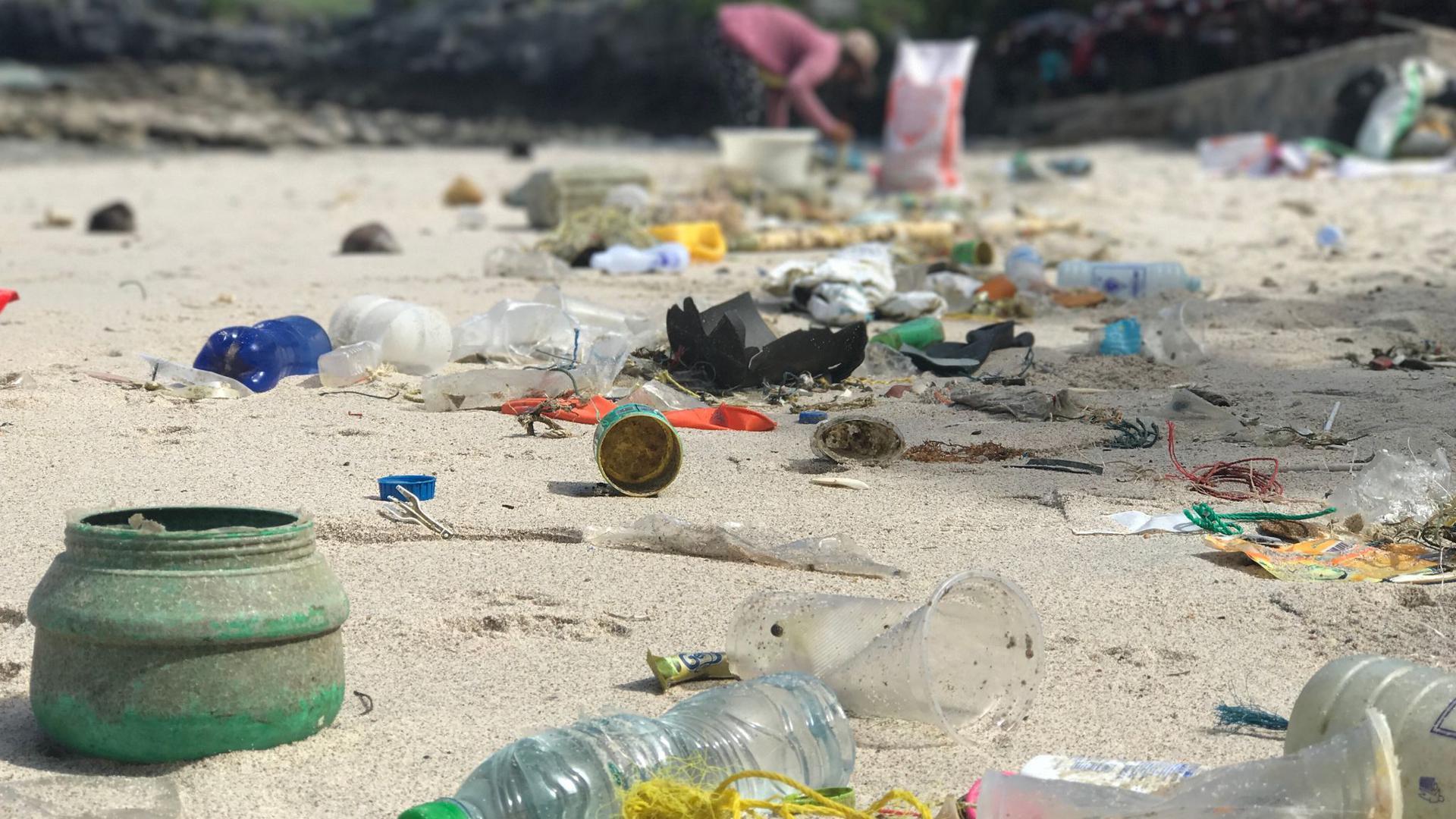 Plastikmüll liegt am Strand von Ko Sichang, einer Insel im Golf von Thailand.