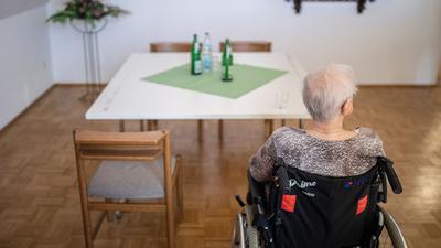 Vereinsamung oder Besuch: Die Heimleiter sehen eine völlige Isolation der Senioren bei steigenden Corona-Fallzahlen als unverhältnismäßig an. Der kontrollierte Besuch sei mittlerweile wenig risikobehaftet.