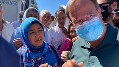 NRW-Ministerpräsident Armin Laschet, hier im Lager Kara Tepe, hat einen Besuch im Moria-Camp aus Sicherheitsgründen abgebrochen.