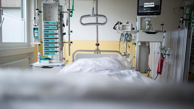 Ein leeres Bett in der Intensivstation einer Klinik.