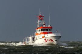 """Das Handout der Deutschen Gesellschaft zur Rettung Schiffbrüchiger (DGzRS) zeigt den Seenotrettungskreuzer """"Anneliese Kramer"""" der DGzRS, der heute Nacht imEinsatz war, als sieben polnische Segler von einer Rettungsinsel geborgen wurden."""