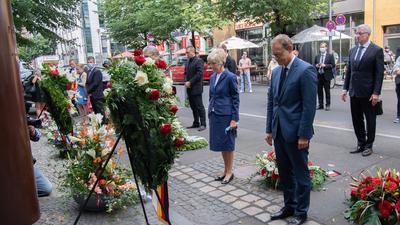Der Regierende Bürgermeister Michael Müller (SPD,r) mit Verlegerin Friede Springer am Peter-Fechter-Gedenkort in der Zimmerstraße. Dort gedachten zahlreiche Menschen den Bau der Berliner Mauer vor 59 Jahren.