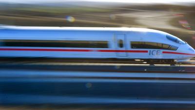 Ein Fahrkartenkontrolleur der Deutschen Bahn ist in einem ICE zwischen München und Augsburg bei einem Messerangriff schwer verletzt worden.