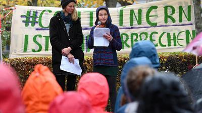 Die beiden Studentinnen Caro (l) und Franzi sprechen beim Bundesverfassungsgericht bei einer Protestkundgebung (Archiv).