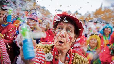 Jecken feiern auf dem Heumarkt den Auftakt der Karnevalssession.