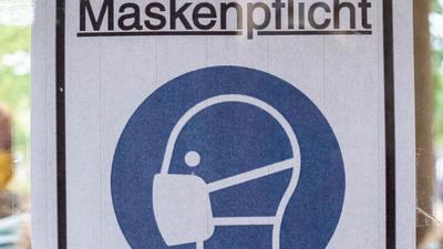 """Ein Plakat in Berlin mit der Aufschrift """"Maskenpflicht""""."""